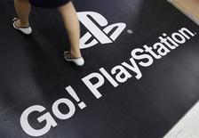 Женщина проходит мимо рекламы игровой консоли PlayStation 3 от Sony Corp в Токио 27 апреля 2011 года. Японская Sony Corp уверена, что стала целью атак хакеров из-за стремления защитить свою интеллектуальную собственность, сообщил глава компании Ховард Стрингер на собрании акционеров, при этом не ответив на вопрос о том, не считает ли он нужным подать в отставку. REUTERS/Yuriko Nakao