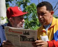 Бывший кубинский лидер Фидель Кастро (слева) и президент Венесуэлы Уго Чавес в Гаване 28 июня 2011 года. Венесуэла и Куба опубликовали новые фотографии и видеоматериалы с участием президента Уго Чавеса с целью опровергнуть слухи о серьезной болезни социалистического лидера после перенесенной хирургической операции в Гаване.  REUTERS/Revolution Studios/Cubadebate/Handout