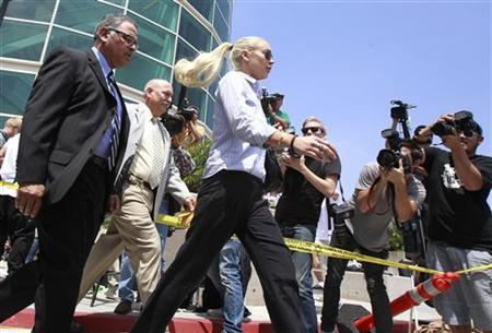 Actress Lindsay Lohan leaves the courthouse in Los Angeles, California June 23, 2011. REUTERS/Lucy Nicholson