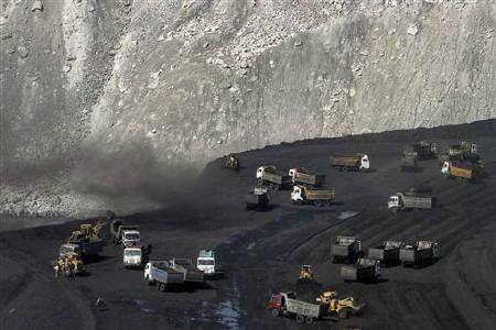 Miners work at a coalmine in Chhattisgarh, November 21, 2009. REUTERS/Rupak De Chowdhuri/Files