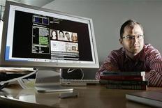 Писатель Джош Килмер-Перселл сидит рядом с компьютером с открытой страничкой на сайте MySpace в своем офисе в Нью-Йорке 14 июня 2006 года. News Corp продала социальную сеть MySpace всего за $35 миллионов, малую часть от того, что она заплатила за компанию шесть лет назад.   REUTERS/Keith Bedford