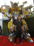 """Актер Джош Дюамель стоит перед макетом трансформера во время MTV Movie Awards в Лос-Анджелесе 5 июня 2011 года. Картина """"Трансформеры 3: Темная сторона луны"""" заработала за дебютную ночь показа в США и Канаде $13,5 миллионов, сообщают киностудии в среду.  REUTERS/Mario Anzuoni"""