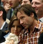 Ator David Duchovny e sua esposa, Tea Leoni, durante jogo de Andre Agassi contra Pete Sampras, no Madison Square Garden, em Nova York, em fevereiro. O casal se separou, seegundo um porta-voz na quarta-feira.  28/02/2011   REUTERS/Mike Segar