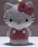Estatueta da Hello Kitty, com um total de 19.636 cristais Swarovski, em exposição em Tóquio. A versão cintiliante da personagem icônica do Japão seré vendida para uma boa causa -- ajudar vítimas do terremoto e tsunami deste ano. 29/06/2011   REUTERS/Yuriko Nakao