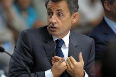 Президент Франции Николя Саркози на встрече, посвященной безопасности продуктов питания на северо-западе Франции 28 июня 2011 года. Хулиган напал на президента Франции, схватив Николя Саркози за плечо и попытавшись перетащить за заградительный барьер, когда тот приветствовал встречавшую его публику в городе Бра в четверг. REUTERS/Philippe Wojazer