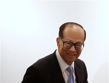 Hong Kong tycoon Li Ka-shing arrives at a news conference in Hong Kong August 5, 2010. REUTERS/Bobby Yip