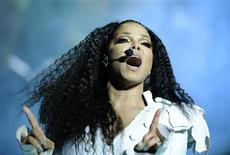 """A cantora norte-americana Janet Jackson em performance no palco durante sua turnê """"Number Ones - Up Close and Personal"""" no Royal Albert Hall de Londres. Durante o show, a cantora reavivou o espírito de seu falecido irmão com um dueto virtual, dois anos após a morte do Rei do Pop. 30/06/2011 REUTERS/Dylan Martinez"""