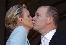 O príncipe Albert de Mônaco e a nadadora olímpica sul-africana Charlene Wittstock se beijam na varanda do Palácio Real após se casarem em Mônaco. 01/07/2011 REUTERS/Eric Gaillard