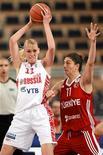 Российская баскетболистка Мария Стапанова (слева) делает проход к кольцу во время игры против сборной Турции, 3 июля 2011 года. Женская сборная России по баскетболу завоевала золотые медали чемпионата Европы, проходившего в Польше. REUTERS/Radoslaw Jozwiak/Agencja Gazeta