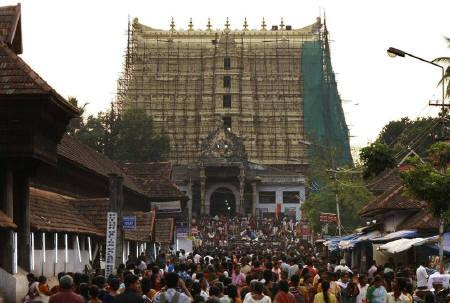 Devotees throng to Sree Padmanabhaswamy temple after offering prayers on the eve of Pongala festival in Thiruvananthapuram, capital of Kerala February 18, 2011. REUTERS/Sivaram V/Files