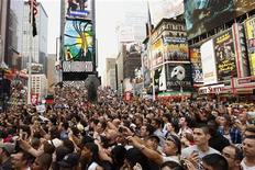 """Люди собрались на площади Таймс-сквер в Нью-Йорке во время премьеры """"Трансформеров 3"""", 28 июня 2011 года. Высокобюджетный голливудский блокбастер """"Трансформеры 3: Темная сторона луны"""" разгромил всех конкурентов и очаровал киноманов по всему миру, со среды заработав в прокате $372 миллиона, сообщила киностудия Paramount Pictures. REUTERS/Lucas Jackson"""