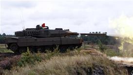 Танк Leopard 2 во время учений в Бергене 1 сентября 2010 года. Саудовская Аравия получила 44 танка Leopard из Германии в ходе первой фазы многомиллиардной сделки по покупке 200 танков, которую планируется закрыть в ближайшие месяцы, сообщили Рейтер источники в службе безопасности Саудовской Аравии. REUTERS/Fabrizio Bensch