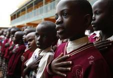 Ученики поют на утренней линейке в школе в Масаке 24 амрта 2009 года. Команда по ликвидации бомб была в ужасе, обнаружив, что в качестве школьного звонка в одной из школ в Уганде использовалась невзорвавшаяся бомба, сообщает местная газета.   REUTERS/Darrin Zammit Lupi