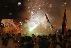 Fãs festejam na Sérvia a chegada do tenista Novak Djokovic.  REUTERS/Ivan Milutinovic