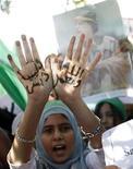 Сторонница Муаммара Каддафи на демонстрации в Триполи, 2 июля 2011 года. Правительство Ливии не ведет переговоров относительно отставки Муаммара Каддафи, заявил Рейтер представитель ливийских властей во вторник. REUTERS/ Ismail Zitouny