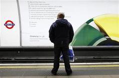 Мужчина стоит перед рекламным плакатом браузера Google Chrome в метро в Лондоне, 25 января 2010 года. Интернет-браузер Google Chrome захватил более 20 процентов мирового рынка, в то время как доля давнего лидера Internet Explorer, принадлежащего Microsoft Corp, упала ниже 50 процентов, сообщает компания StatCounter. REUTERS/Luke MacGregor