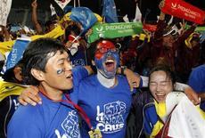 Sul-coreanos comemoram a vitória da cidade de Pyeongchang para a sediar os Jogos Olímpicos de Inverno de 2018. A cidade concorria com Annecy, na França, e Munique, na Alemanha. 06/07/2011 REUTERS/Jo Yong-Hak