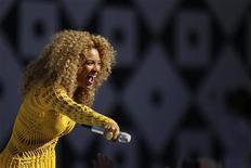 """A cantora Beyoncé se apresenta no Central Park durante o programa """"Good Morning America"""", da rede ABC, em Nova York. 01/07/2011 REUTERS/Lucas Jackson"""