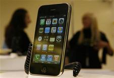 Смартфон iPhone в магазине в Сиднее, 10 июля 2008 года.  С iPhone можно писать, фотографировать, гулять по всемирной паутины и даже просто звонить. Теперь гаджет сможет вербовать поклонников и среди фанатов пива. REUTERS/Daniel Munoz