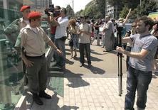 """Полиция мешает фотографам и журналистам работать перед Министерством внутренних дел Грузии в Тбилиси 7 июля 2011 года. МВД Грузии задержало по подозрению в шпионаже нескольких фотографов, включая корреспондентов западных информагентств и """"личника"""" грузинского президента, говорится в сообщении министерства.   REUTERS/David Mdzinarishvili"""