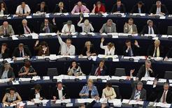 """Члены Европарламента голосуют в ходе сессии в Страсбурге 6 июля 2011 года. Европейский парламент в четверг призвал Россию обеспечить свободные выборы и отменить отказ в регистрации оппозиционной Партии народной свободы (""""Парнас""""), что Москва расценила как грубое вмешательство в свои внутренние дела.   REUTERS/Vincent Kessler"""