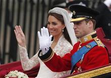 Príncipe William e Kate são levados ao palácio de Buckingham, após o casamento na Abadia Westminster, em Londres, em 29 de abril.  O casal fará sua estreia no maior palco de celebridades do mundo na sexta-feira com uma breve visita à Califórnia. 29/04/2011      REUTERS/Phil Noble