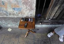 <p>Foto de archivo de un grupo de teléfonos móviles usados a la venta en un puesto callejero de La Habana, mayo 16 2011. El número de teléfonos móviles activos en Cuba aumentó un 61 por ciento el año pasado impulsado por la decisión del Gobierno de levantar las restricciones para su uso, pero pocas personas tienen un ordenador personal o acceso a internet, según un informe publicado el jueves. REUTERS/Desmond Boylan</p>