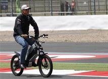 O alemão Michael Schumacher, da Mercedes, observa pista para o GP da Inglaterra. 07/07/2011 REUTERS/Leonhard Foeger