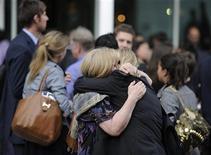 Сотрудники закрывающейся газеты The News of The World перед издательским домом в Лондоне, 7 июля 2011 года. Бывшему старшему помощнику британского премьер-министра Дэвида Кэмерона грозит арест в пятницу по подозрению в участии в скандале с телефонными взломами, которые заставили Руперта Мердока закрыть самую продаваемую британскую воскресную газету. REUTERS/Paul Hackett
