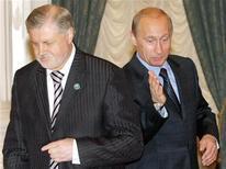 Премьер-министр РФ Владимир Путин (справа) и Сергей Миронов на встрече в Кремле, 30 мая 2006 года. В России создается почва для возвращения премьер-министра Владимира Путина в Кремль, считает отставной спикер Совета Федерации, полагающий, что верхушка, если сохранит монополию на власть, пойдет на непопулярные меры, чреватые взрывом недовольства. REUTERS/Alexander Nemenov/Pool
