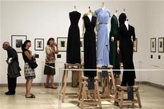 Visitantes em exposição da estilista Madame Grès em Paris, França. 07/07/2011 REUTERS/Charles Platiau