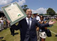 Andre Agassi recebe aplausos após ser incluído no Hall da Fama Internacional do Tênis em Rhode Island, Estados Unidos, 9 de julho de 2011. 09/07/2011  REUTERS/Brian Snyder