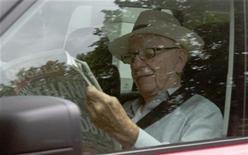 O magnata da mídia Rupert Murdoch vai à sede da News International em Londres. Murdoch chegou ao local neste domingo para lidar com um escândalo envolvendo um de seus jornais. 10/07/2011   REUTERS/Olivia Harris