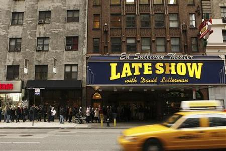 Fans wait outside the Ed Sullivan Theater for tickets to watch the first Late Show with David Letterman to air since Letterman's production company ''World Wide Pants Inc.'' struck a deal with workers from the Writers Guild of America in New York January 2, 2008. REUTERS/Lucas Jackson