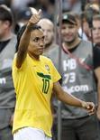 A jogadora Marta acena depois que a seleção brasileira perdeu nos pênaltis para os Estados Unidos nas quartas de final da Copa do Mundo de Futebol Feminino, em Dresden, na Alemanha. 10/07/2011 REUTERS/Fabrizio Bensch