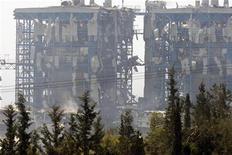 Электростанция Vassilikos, поврежденная в результате взрыва на военной базе на юге Кипра, 11 июля 2011 года. По меньшей мере восемь человек погибли и десятки получили ранения в результате сильного взрыва на военной базе на юге Кипра в понедельник, сообщил кипрское информагентство Cyprus News Agency со ссылкой на источники в военных кругах.  REUTERS/Andreas Manolis