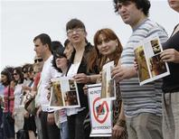 Журналисты протестуют перед Министерством внутренних дел в Тбилиси 11 июля 2011 года. Несколько десятков грузинских журналистов собрались в понедельник перед зданием Министерства внутренних дел страны в знак протеста против ареста фотокорреспондентов, которым предъявлены обвинения в шпионаже в пользу России. REUTERS/David Mdzinarishvili