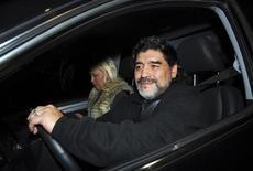 Ex-jogador e ex-técnico da seleção argentina Diego Maradona em seu carro com a mulher Verónica Ojeda, em Buenos Aires. Maradona saiu ileso de um acidente com o carro em que viajava na segunda-feira. Ele foi ao hospital por precaução, apesar de não correr perigo, informou o médico que o atendeu. 08/07/2011 REUTERS/Enrique Garcia Medina