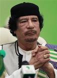 """Муаммар Каддафи во время саммита ЕС-Африка в Триполи 29 ноября 2010 года. Италия выступает за политическое урегулирование конфликта в Ливии, в ходе которого Муаммар Каддафи """"покинет политическую сцену"""", рассказал итальянский министр иностранных дел в интервью алжирской газете во вторник. Заявление прозвучало после того, как ливийские повстанцы столкнулись с жестким сопротивлением со стороны правительственных войск.   REUTERS/Francois Lenoir"""