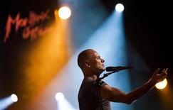 """Sting se apresenta no Montreux Jazz Festival. Sting tocou The Police e sucessos como """"Roxanne"""", """"Every Breath You Take"""" e """"Englishman in New York"""" em um arranjo orquestral, levantando o público que lotou o Montreux Jazz Festival. 11/07/2011 REUTERS/Valentin Flauraud"""
