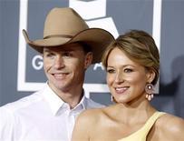 Jewel e seu marido Ty Murray, na cerimônia dos Grammys, em Los Angeles, em fevereiro. A cantora deu à luz um menino, disse a revista People nesta terça-feira. 13/02/2011 REUTERS/Danny Moloshok