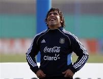 Carlos Tevez sorri durante treino da seleção argentina em Buenos Aires. 08/07/2011 REUTERS/Marcos Brindicci
