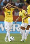 Marta (E) lamenta lance durante jogo do Brasil com os EUA na Copa do Mundo de futebol feminino no domingo. A seleção brasileira foi eliminada nos pênaltis.  REUTERS/Fabrizio Bensch