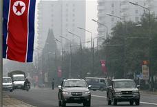 Северокорейский флаг на улицах Пхеньяна 11 октября 2010 года. Северокорейский спортивный функционер объявил в среду о желании изолированной от мира КНДР провести зимнюю Олимпиаду-2018 в партнерстве с соперником - Южной Кореей, получившей недавно это право, сообщили сеульские СМИ.   REUTERS/Petar Kujundzic