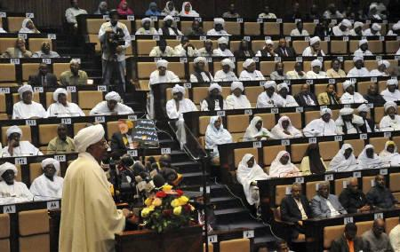 Sudan's President Omar Hassan al-Bashir addresses the parliament in Khartoum July 12, 2011.  REUTERS/Mohamed Nureldin Abdallah