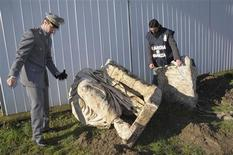 <p>Guardia di Finanza police officers inspect a statue believed to be that of Roman emperor Caligula in Nemi, north of Rome in this January 2011 handout photo. Officials on July 12, 2011 unveiled a massive statue believed to be that of Roman emperor Caligula sitting on a throne and said it came from an illegal dig south of Rome that may have been the site of one of his palaces. To match Reuters Life! ITALY-CALIGULA/ REUTERS/Guardia di Finanza/Handout</p>