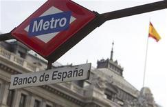 """El Banco de España dijo el miércoles, a dos días la publicación de las pruebas de resistencia en Europa, que las necesidades de capital para el sector financiero español se elevaban a unas 17.024 millones de euros para cumplir con los nuevos requisitos de solvencia, al tiempo que recordó que cuatro cajas requerirán """"necesariamente"""" ayuda pública. En la imagen de archivo, la parada de metro de Banco de España, con la sede bancaria al fondo, en Madrid, el 28 de abril de 2010. REUTERS/Juan Medina"""