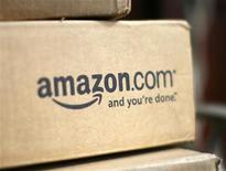 Коробка с логотипом Amazon.com перед домом в городе Голден (штат Колорадо), 23 июля 2008 года. Amazon.com Inc выпустит планшетный компьютер в этом году для укрепления своих позиций крупнейшего в мире онлайн-ритейлера, расширяя присутствие в сфере мобильной коммерции и нацеливаясь на продажу большего объема цифровой продукции, говорят аналитики и инвесторы. REUTERS/Rick Wilking
