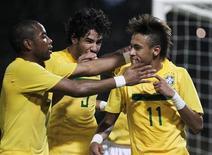 Neymar (dir) comemora com Robinho (esq) e Alexandre Pato após marcar o quarto gol contra o Equador, em Córdoba. A seleção brasileira venceu por 4 x 2 e conseguiu a classificação para as quartas de final da Copa América disputada na Argentina. 13/07/2011  REUTERS/Enrique Marcarian