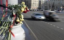Цветы рядом с местом аварии Mercedes S500 вице-президента Лукойла Анатолия Баркова и Citroen С4, в котором погибли женщины, в Москве, 10 марта 2010 года. Конституционный суд РФ принял решение, позволяющее пересмотреть результаты расследования аварии с участием машины нефтяной компании Лукойл, которая унесла жизни двух женщин. Однако следствие, считающее виноватой в аварии одну из погибших, уверено в своей правоте.    REUTERS/Alexander Natruskin